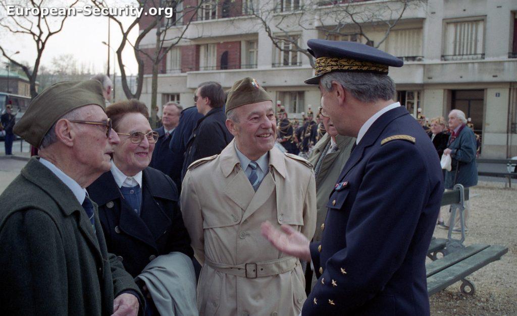 Le GAA François Mermet s'entretient avec deux anciens du Bataillon Foch (Jean Geyssely et Raymond Vié)